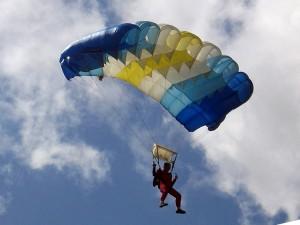 парашютист летит на параплане