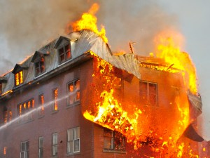 здание объято огнем
