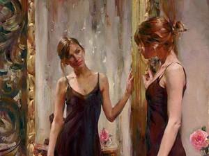 девушка смотрит на свое отражение в зеркале