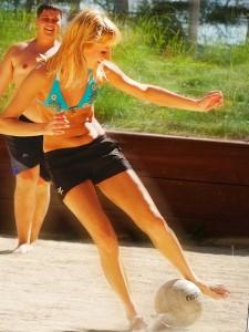 девушка играет в футбол