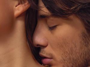 парень целует шею девушки