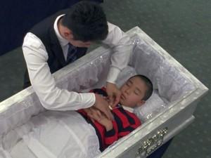 мужчина одевает умершего