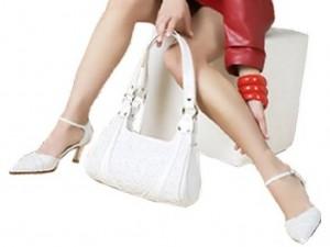 девушка держит сумку