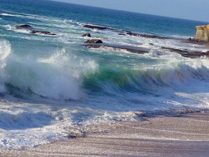 волны накатывают на берег