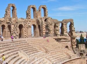 туристы посещают древний памятник архитектуры