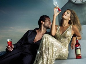 мужчина и женщина пьют красное вино