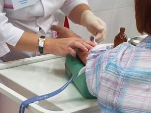 медсестра берёт анализ крови у пациента