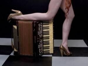 аккордеон и женские ножки