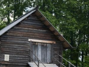 старый, деревянный амбар в лесу