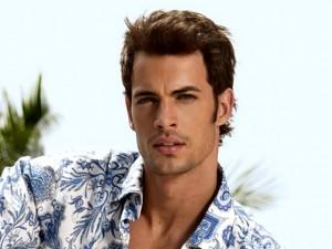 красивый мужчина в голубой гавайке