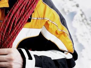 верёвка и спортивная куртка