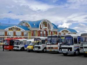 автобусы припаркованы на автовокзале