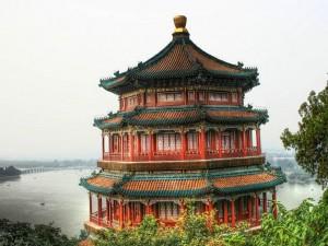 восточное строение на берегу озера