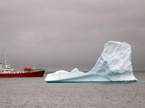 айсберг и корабль в океане