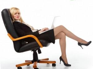 девушка с красивыми ногами сидит в кресле