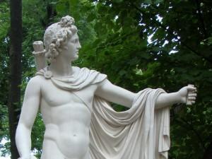 статуя красивого, обнажённого мужчины