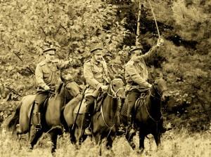 старая фотография с кавалеристами идущими в атаку