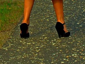 пара красивых женских ножек в чёрных туфельках