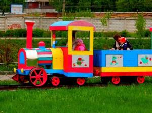 дети катаются на паровозике