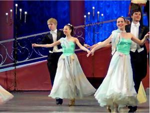 красивые юноши и девушки танцуют на балу