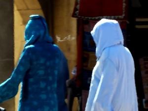 две женщины в балахонах